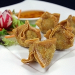 6 Crispy golden wontons filled with mincepork, prawn and crabmeat, served with sauce.