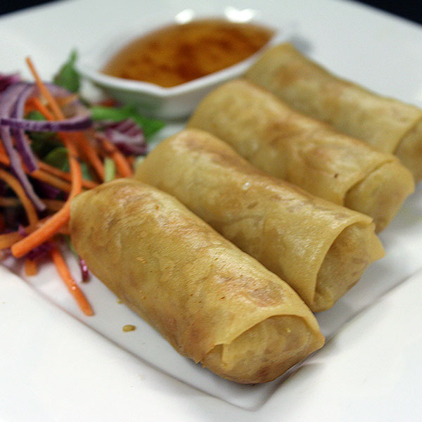 4 Spring rolls filled with mixed vegetables and bean vermicelli.
